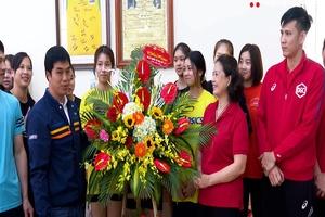 HLV Nguyễn Hữu Hà thể hiện, học trò ấm lòng ngày 8-3
